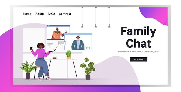 Afro-amerikaanse vrouw met virtuele ontmoeting met senior ouders in webbrowservensters videogesprek familiechat online communicatie kopie ruimte