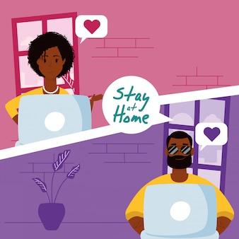 Afro paar met behulp van laptops om te communiceren en thuis te blijven