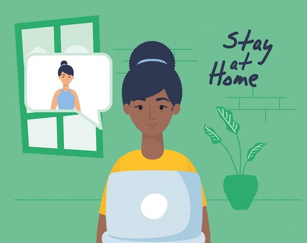 Afro-vrouw met behulp van laptop om thuis te communiceren en te blijven