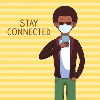 Afromens die medisch masker en smartphone voor verbonden verblijf dragen