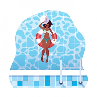 Afrovrouw met zwempak en badmeestervlotter in water