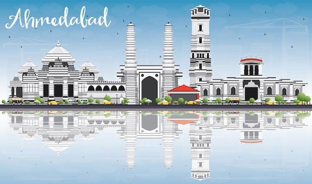 Ahmedabad skyline met grijs gebouwen, blauwe hemel en reflecties.