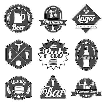Alcohol bier feest etiketten badges collectie fles glazen mok crayfish en kreeft geïsoleerde hand getekende schets vector illustratie