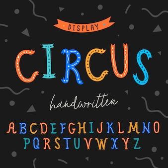 Alfabet met handgeschreven kleurrijke letters versierd met ornament.