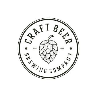 Ambachtelijke bierbrouwerij met badge label logo-ontwerpsjabloon
