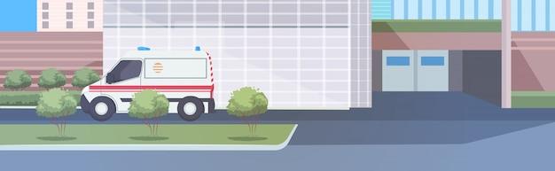 Ambulance auto in de buurt van ziekenhuis