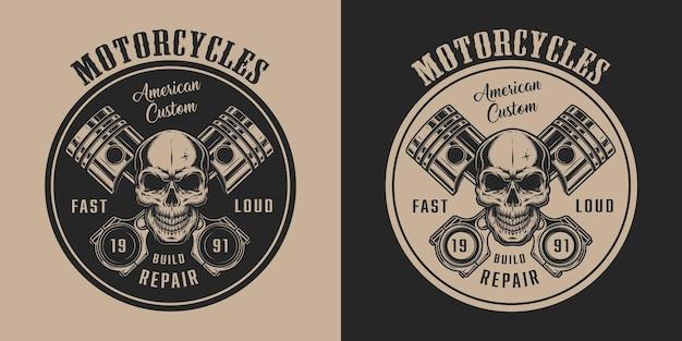 Amerikaans vintage label voor motorfietsservice met schedel en gekruiste motorzuigers in zwart-wit stijl