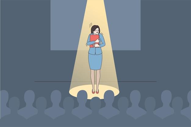 Angstige vrouwelijke spreker voelt zich bang om in het openbaar te spreken