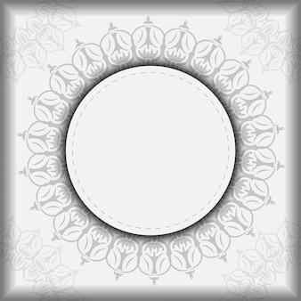 Ansichtkaartontwerp witte kleuren met mandala's. vector uitnodigingskaart met plaats voor uw tekst en vintage ornament.
