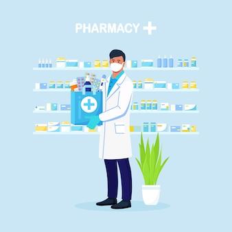 Apotheker houdt papieren zak met medicijnen, medicijnen en pillenflessen in handen. online thuisbezorgd apotheekservice. dokter in witte jas met stethoscoop