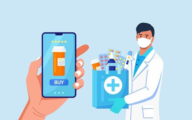 Apotheker in wegwerphandschoenen met papieren zak met medicijnen, medicijnen en pillenflessen erin.