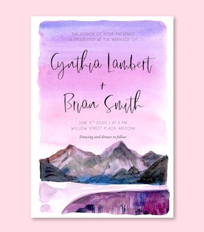 Aquarel bruiloft uitnodigingskaart met paarse lucht en berglandschap