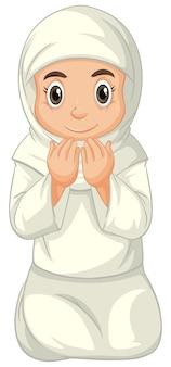 Arabisch moslimmeisje in traditionele kleding het bidden zittende positie die op witte achtergrond wordt geïsoleerd