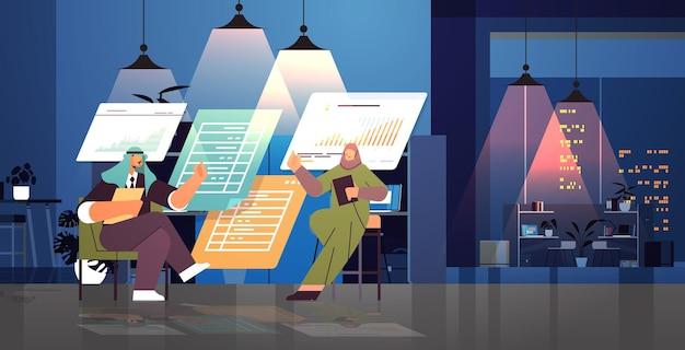 Arabisch zakenmensenteam dat statistische gegevens analyseert over het succesvolle teamwerkconcept van virtuele borden