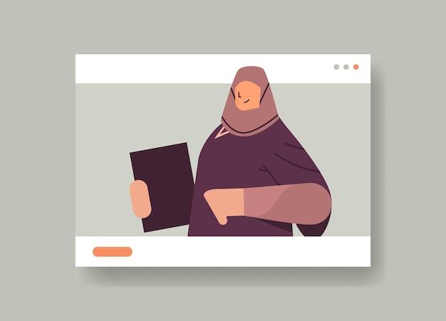 Arabische afgestudeerde student in webbrowservenster vrouwelijke afgestudeerde vieren academisch diploma graad onderwijs universiteit certificaat concept horizontaal portret vectorillustratie