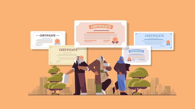 Arabische afgestudeerde zakenmensen met certificaten afgestudeerden vieren academische diploma graad bedrijfsonderwijs