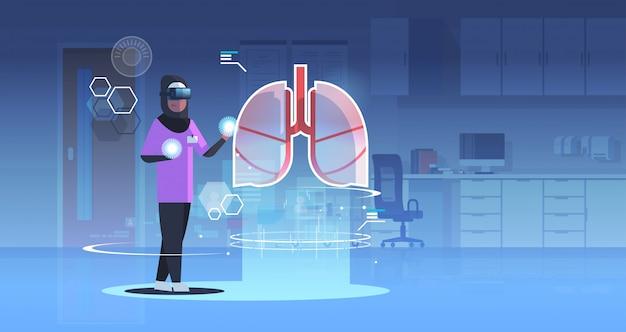 Arabische arts verpleegster draagt een digitale bril op zoek naar virtual reality longen menselijk orgaan anatomie
