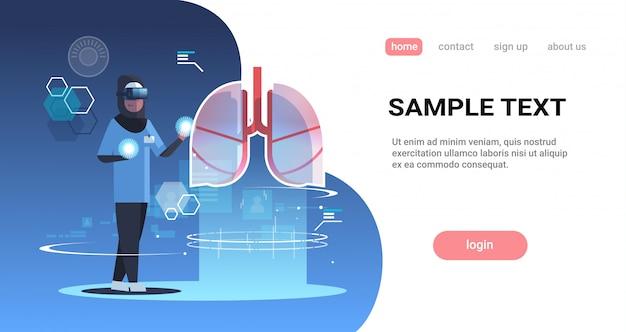 Arabische arts verpleegster met digitale bril op zoek naar virtuele realiteit longen menselijk orgaan anatomie medisch