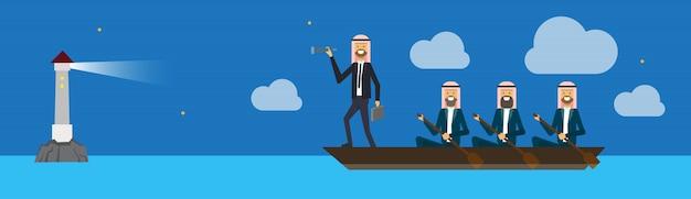 Arabische bedrijfsgroep op bootteamleider die recht binoculair op van het bedrijfs vuurtorensucces concept kijken