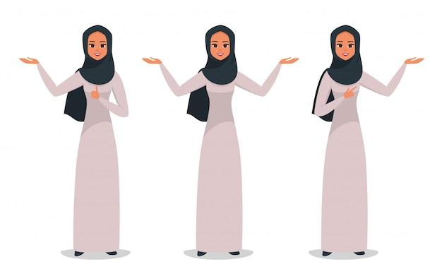 Arabische bedrijfsvrouw die iets met twee handen voorstelt
