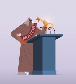 Arabische burgemeester met sleuteltoespraak van tribune openbare verklaring concept volledige lengte