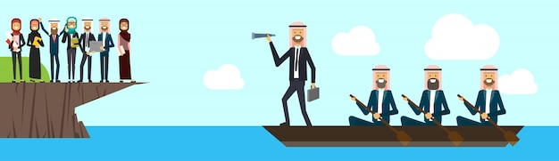 Arabische busineesgroep op bootteamleider die recht binoculair op bedrijfsgroep op van het bedrijfs bergsucces concept kijken