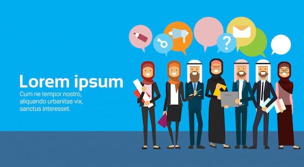 Arabische groep mensen met praatjebellen. volledig lengte arabisch commercieel team dat traditionele kleding draagt