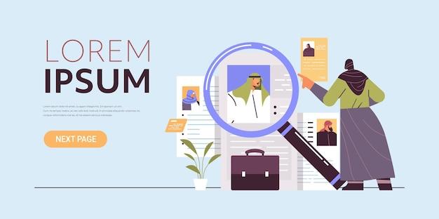 Arabische hr-manager die cv-curriculum vitae kiest met foto en persoonlijke info van nieuwe werknemers, sollicitanten, rekrutering, inhuren, concept, volledige lengte, kopie, ruimte, horizontaal, vector, illustratie