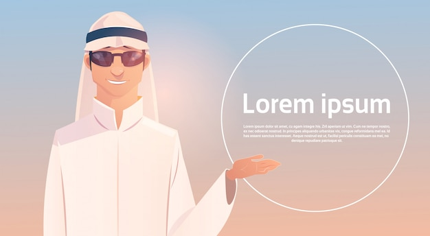 Arabische man show hand om ruimte te kopiëren, islam zakenman dragen van traditionele kleding