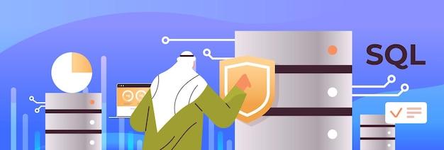 Arabische mannelijke beheerder werken met dataserver sql gestructureerde query taal concept horizontale portret vectorillustratie