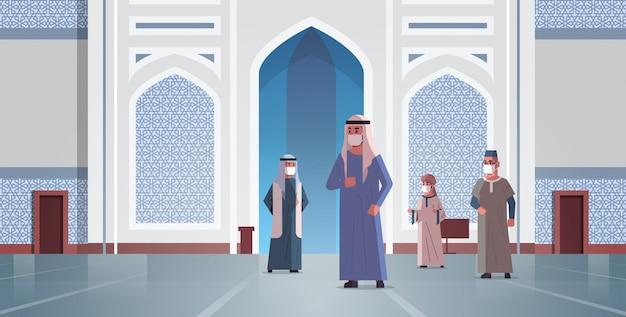 Arabische mannen in medische maskers die naar de nabawimoskee komen om een quarantainepandemie te bouwen