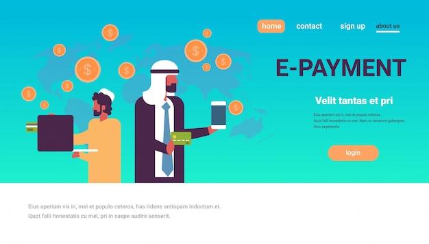 Arabische mannen met behulp van de wereldwijde banner voor betalingstoepassingen