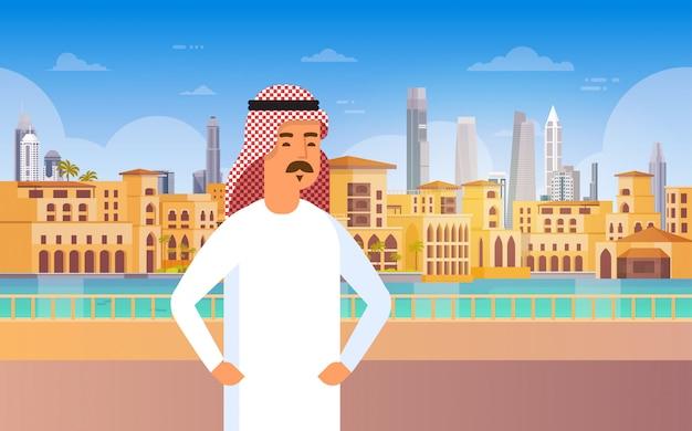 Arabische mens die moderne stad lopen die cityscape van het bedrijfs horizonpanorama reizen en toerismeconcept bouwen