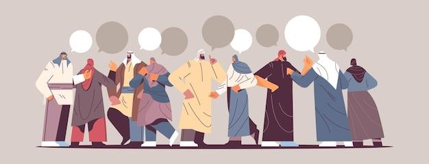 Arabische mensen met praatjebellen in traditionele kleding die bij elkaar staan en discussiëren tijdens vergadercommunicatie meeting