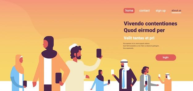 Arabische mensen team met behulp van smartphones banner