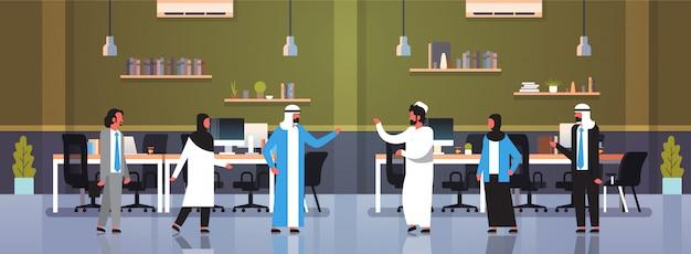 Arabische mensen teamwerk communicatie brainstormen concept arab business mannen vrouwen traditionele kleding moderne kantoor interieur volledige lengte stripfiguren