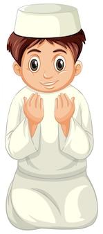 Arabische moslimjongen die in traditionele kleding bidt die op witte achtergrond wordt geïsoleerd