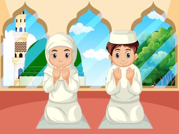 Arabische moslimjongen en meisje die in traditionele kleding op moskeeachtergrond bidden