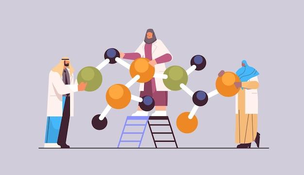 Arabische onderzoeker die werkt met onderzoekers van de moleculaire structuur die een chemisch experiment maken in het laboratorium moleculaire engineering concept horizontale volledige lengte vectorillustratie