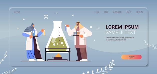 Arabische onderzoekswetenschapper die werkt met reageerbuis arabische onderzoekers die chemisch experiment maken in laboratorium moleculaire engineering concept horizontale kopie ruimte volledige lengte vectorillustratie