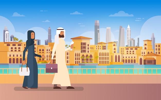 Arabische paar walking dubai, moderne gebouw cityscape skyline panorama zakelijke reizen en toerisme co