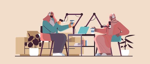 Arabische podcasters praten met microfoons die podcast opnemen in studio podcasting online radio-uitzendingsconcept