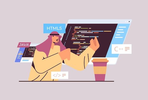 Arabische programmeur die code schrijft voor het programmeren van programmeersoftware voor computerapp-engineering;