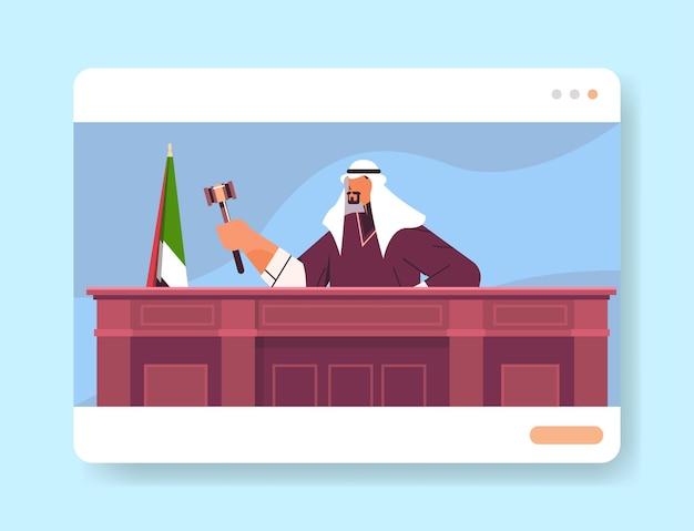 Arabische rechter advocaat procureur in uniform met hamer zittend op de werkplek online rechtszitting rechtsproces