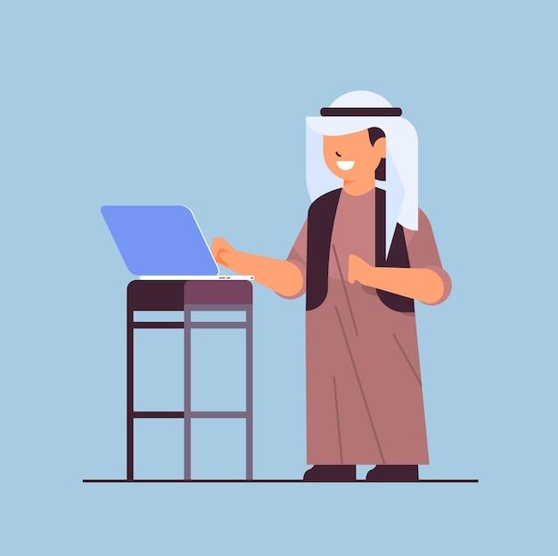 Arabische schooljongen met behulp van laptop lachende jongen met gadget onderwijs concept volledige lengte vectorillustratie