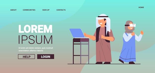 Arabische schooljongen met behulp van laptop schoolmeisje met vr-headset glimlachend meisje in digitale bril verkennen van virtual reality interactieve diensten