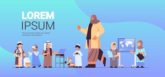 Arabische schoolkinderengroep met het concept horizontale volledige lengte van het vrouwelijke leraarsonderwijs