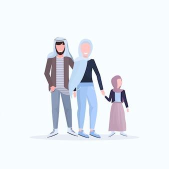 Arabische vader moeder en dochtertje lopen samen gelukkige arabische familie in traditionele kleding met plezier witte achtergrond volledige lengte