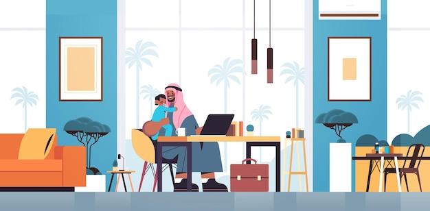 Arabische vader zittend op de werkplek met zoontje vaderschap ouderschap concept vader tijd doorbrengen met zijn kind thuis woonkamer interieur horizontale volledige lengte vectorillustratie