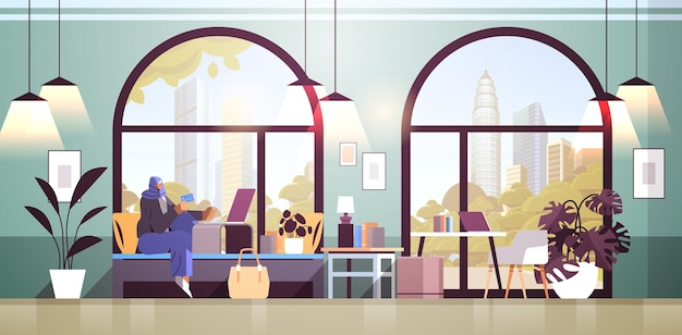 Arabische vrouw met creditcard met behulp van laptop online winkelen concept woonkamer interieur horizontale volledige lengte vectorillustratie